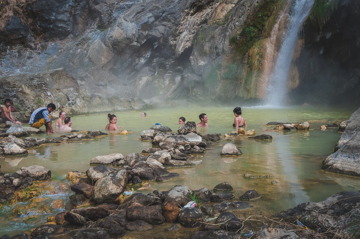 baden in de hot springs van een vulkaan