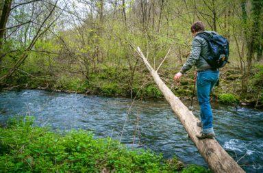 rivier oversteken avontuurlijk wandelen