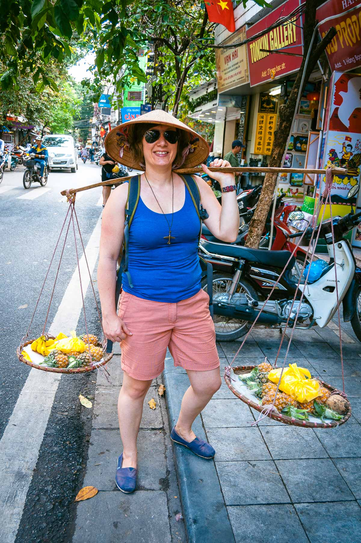 Kim verkoopt Ananas in Hanoi